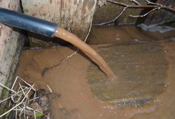 Из скважины идет вода с песком