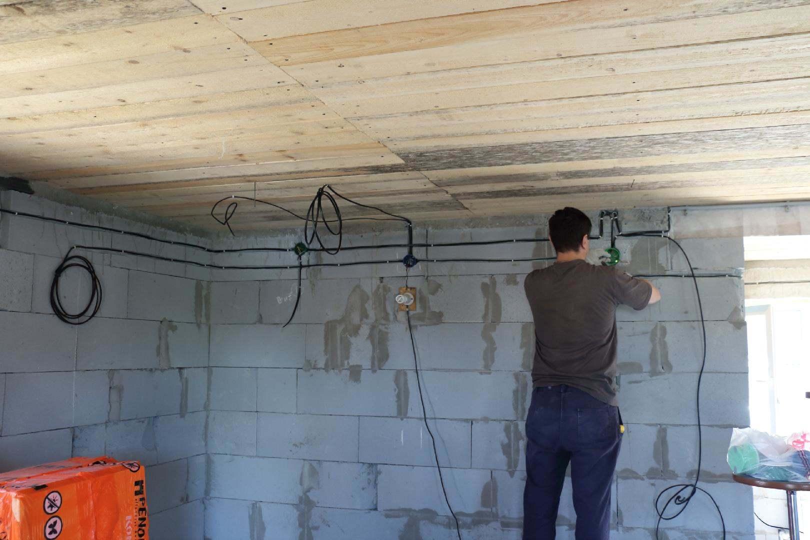 Делаем монтаж электропроводки в деревянном частном доме своими руками? Пошаговая инструкция как развести, схема- Обзор Видео